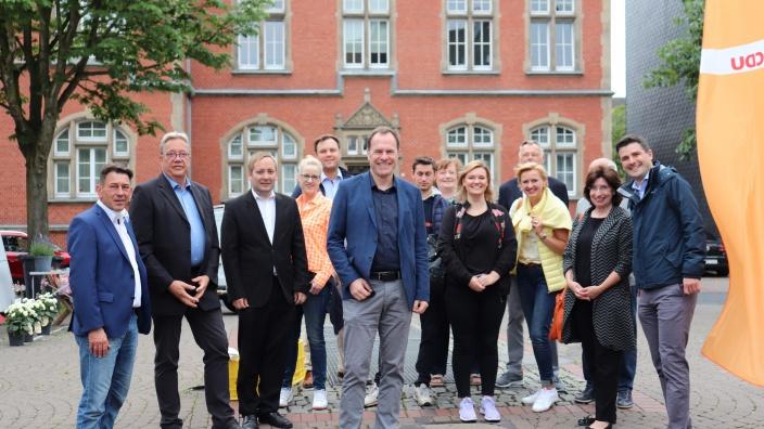 OB-Kandidat Dr. Keller u.a. mit Ratsmitgliedern, Bezirksvertretern